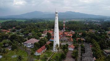 Banten, Indonesië 2021 - luchtfoto van het landschap van de zonsondergang op de rotsen van de vuurtoren op zee