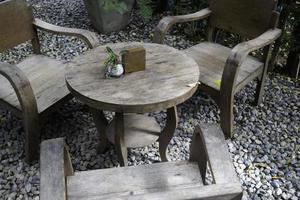 houten tafel in een tuin