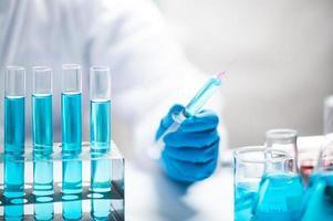 onderzoeker die met reageerbuizen werkt