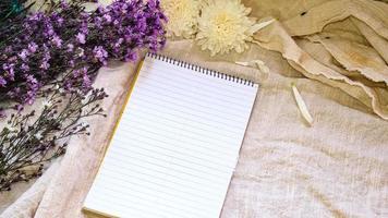 blanco papier en bloemendecoratie foto