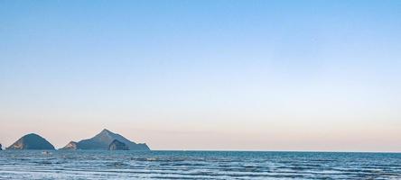 panoramisch uitzicht op de blauwe zee zomertijd foto