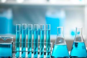 blauwe vloeistof in reageerbuizen en glaswerk