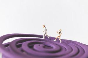 miniatuurpaar dat op een paars cirkelvormig veld loopt