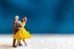 miniatuurpaar dansen op een vloer, Valentijnsdag concept foto