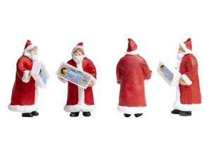 miniatuur kerstman met een geschenkdoos geïsoleerd op een witte achtergrond