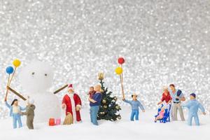miniatuur kerstman en kinderen met een sneeuw achtergrond, kerstmis en een gelukkig nieuwjaar concept foto
