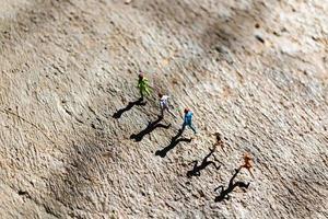miniatuurgroep mensen die op een betonnen vloer lopen, gezond levensstijlconcept