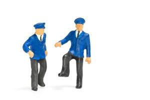miniatuur politieagenten staan geïsoleerd op een witte achtergrond