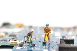 miniatuurmensen die aan een cpu-bord, technologieconcept werken