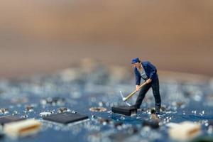 miniatuurpersoon die aan een cpu-bord, technologieconcept werkt