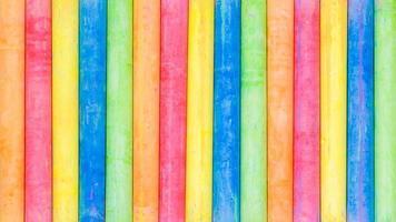 rij van regenboogkleurig krijt op een schoolbord