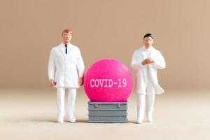 miniatuurarts onderzoekt en ontwikkelt een coronavirusvaccin, medicijn om het covid-19-uitbraakconcept te stoppen foto