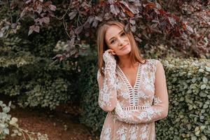 vrouw draagt een kanten jurk buitenshuis foto