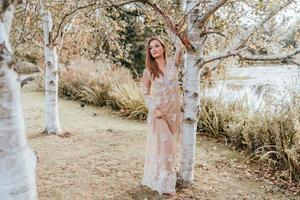 vrouw draagt een jurk in een park foto