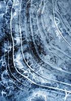 booglijnen op bevroren water foto