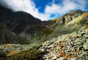 rotsachtige bergen gedurende de dag foto