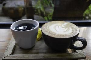 latte en thee op een houten schotel