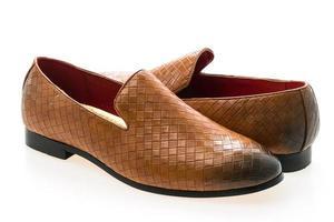 bruine lederen schoenen op witte achtergrond