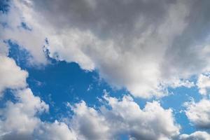stapelwolken in een blauwe hemel