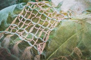 macramé knopen die een verfrommelde sjaal versieren
