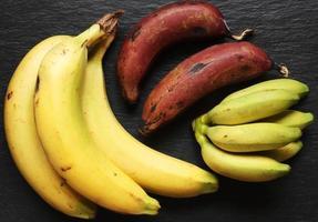 drie soorten bananen voor voedselachtergrond foto