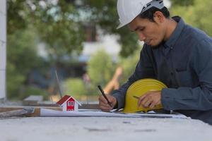 ingenieur bezig met tablet en laptop op de bouwplaats foto