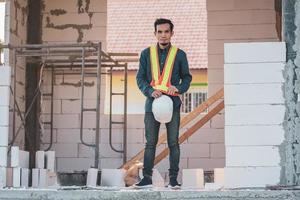 bouwkundig ingenieur staat op de bouwplaats