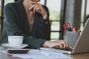 jonge zaken vrouw die op laptop op kantoor werkt foto