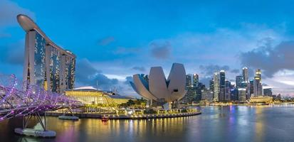 skyline van singapore in marina bay op twilight time