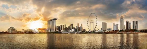 panoramisch uitzicht op de skyline van het financiële district van singapore in de jachthaven foto