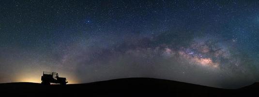 panoramamening van melkwegstelsel bij teerwoestijn, jaisalmer, india foto