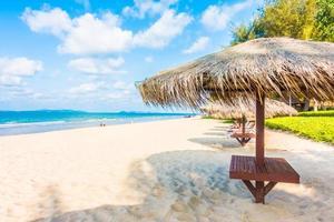 paraplu op het tropische strand