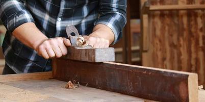 close-up van een timmerman die hout verwerkt