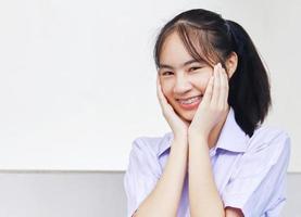 vrouw met shirt met kraag foto