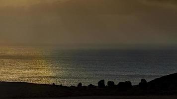 zonsondergang aan de noordkust van gran canaria foto