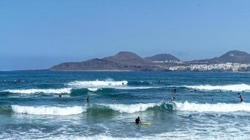 surfen op het strand van la cicer in las palmas de gran canaria foto