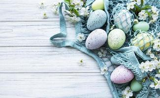 touwtas met paaseieren en lentebloesem