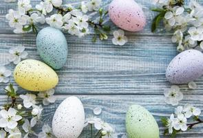 kleurrijke paaseieren met bloesem Lentebloemen foto