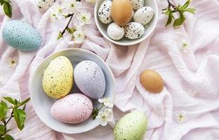 kleurrijke paaseieren met bloesem Lentebloemen