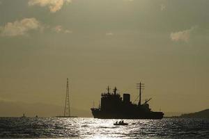 zeegezicht met het silhouet van een schip in Vladivostok, Rusland foto
