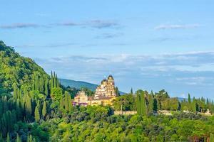landschap met uitzicht op het nieuwe athos-klooster met bewolkte blauwe hemel in Abchazië, Georgië foto
