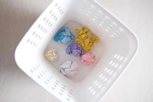 verfrommeld papier ballen in een bak bovenaanzicht