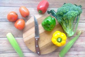 selectie van gezonde voeding met verse groenten op snijplank op tafel foto