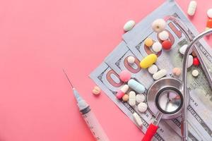 gezondheidszorg kosten concept met pillen en contant geld op tafel