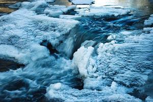 gedeeltelijk bevroren rivier foto