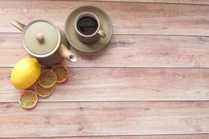 bovenaanzicht van citroenthee op houten achtergrond