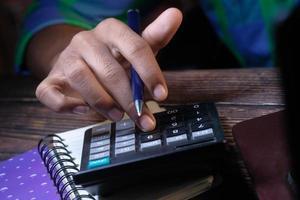 persoon die een rekenmachine gebruikt