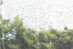 regendruppels op een glas foto