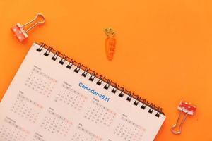 2021 kalender op oranje achtergrond foto