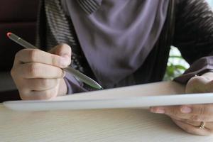 jonge vrouwen die op digitale tablet op kantoor werken